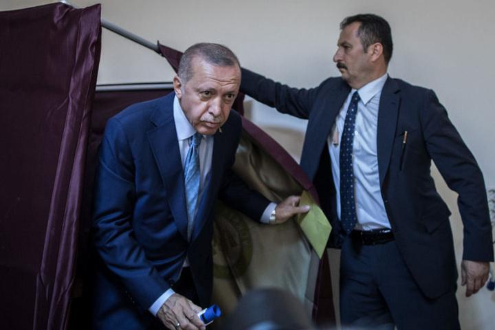 Präsident Recep Tayyip Erdogan (l.) hatte seine Stimme bereits am Vormittag abgegeben.