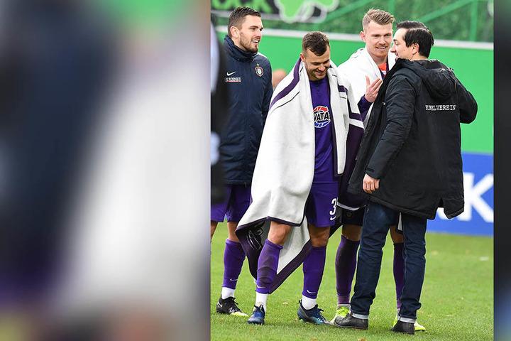 FCE-Coach Daniel Meyer (r.) klatschte nach der Partie erlöst und erleichtert mit seinen Spielern ab.