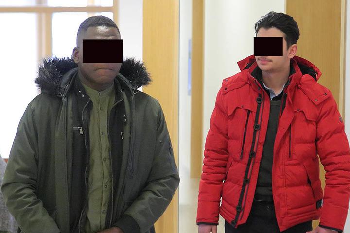 """Walid A. (18, re.) beging die Tat """"zum Spaß"""". Bangal D. (20, li.) half seinem Bekannten beim Raub und saß nun mit auf der Anklagebank."""