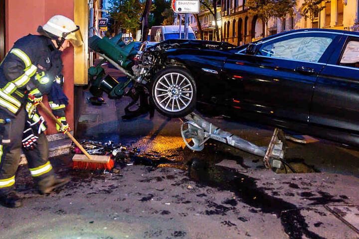 Einsatzkräfte der Feuerwehr reinigten den Unfallort.