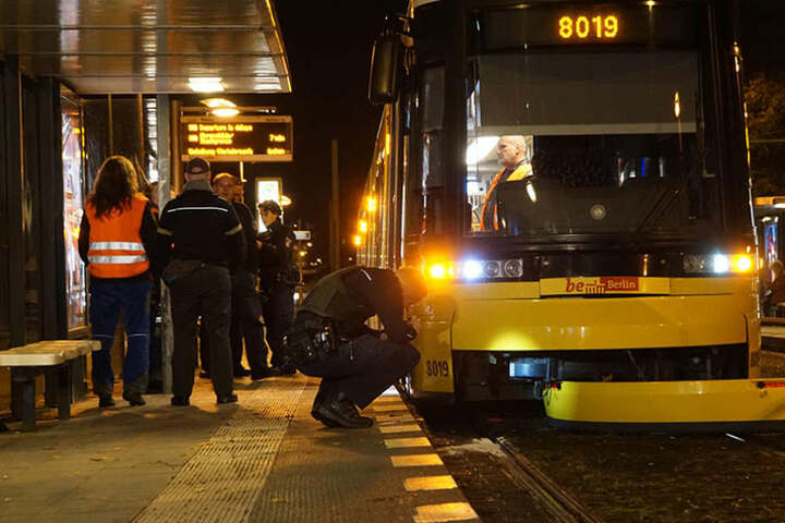 Mehrere Zeugen, darunter auch der Fahrer der Tram, erlitten einen Schock und mussten medizinisch versorgt werden.