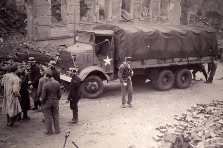 Ein Amerikanischer LKW in Chemnitz: Aufräumarbeiten nach den Bombenangriffen 1945.