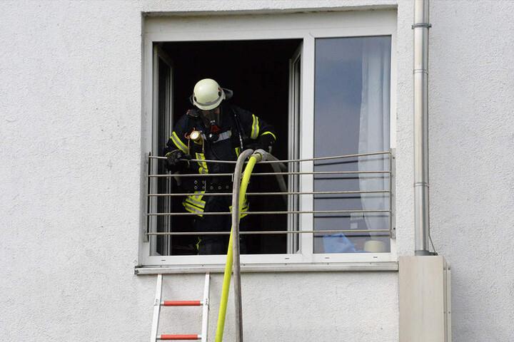 Die Frau wurde von der Feuerwehr aus ihrer Wohnung gerettet.