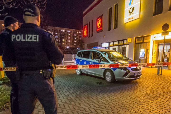 Die Polizei sperrte den Bereich um die Postbank-Filiale am Melchendorfer Markt ab.