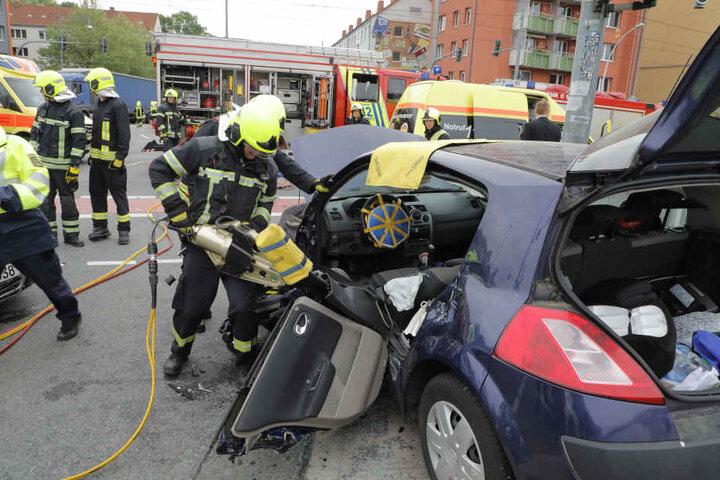 Durch den Aufprall wurde der Renault-Fahrer in seinem Wagen eingeklemmt und musste von der Feuerwehr befreit werden.