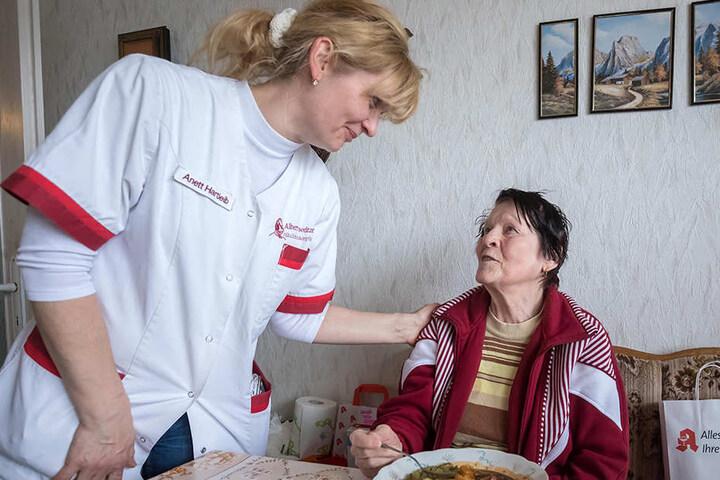 Trotz Stress das Beste geben: Seniorin Helga Möckel (85) freut sich über die Hilfe von Pflegerin Anett Hartleib (49).