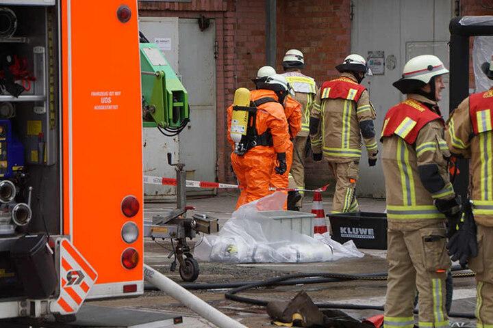 Mit Atemschutzmasken betreten mehrere Feuerwehrmänner den Unglücksort.