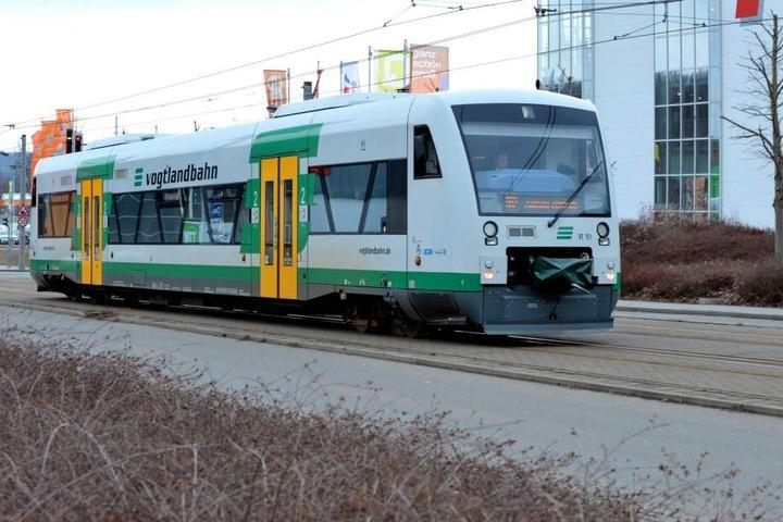 Der junge Mann legte sich auf die Schienen der Vogtlandbahn, so dass ein Triebwagen kurzzeitig stehen bleiben musste.