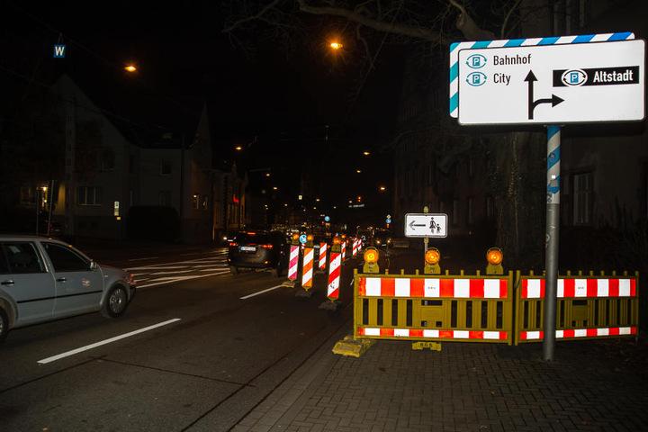 Fußgänger müssen die Straßenseite wechseln.