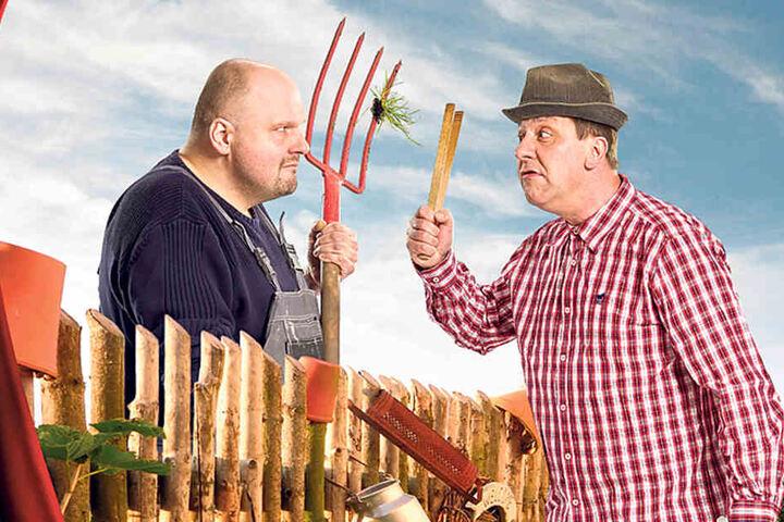 """In """"Laubenpieper"""" stehen Peter Flache (47, l.) und Thomas Böttcher (51)  hinterm Gartenzaun."""