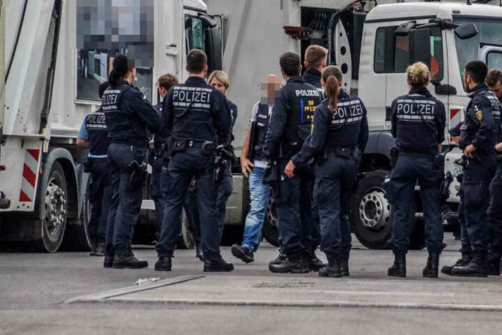 Polizisten bei der Durchsuchung.