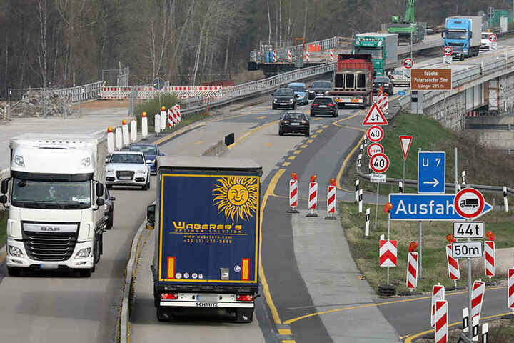 Einspurig rollt der Verkehr Anfang April über die Petersdorfer Brücke bei Malchow (Mecklenburg-Vorpommern). Das Nadelöhr auf der A19 (Berlin-Rostock) wird noch bis mindestens 2018 bestehen bleiben.