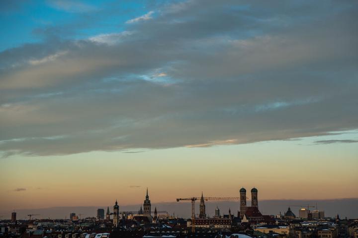 München am Morgen: Bewohner und Besucher dürfen sich am Wochenende auf gutes Wetter freuen. (Archivbild)