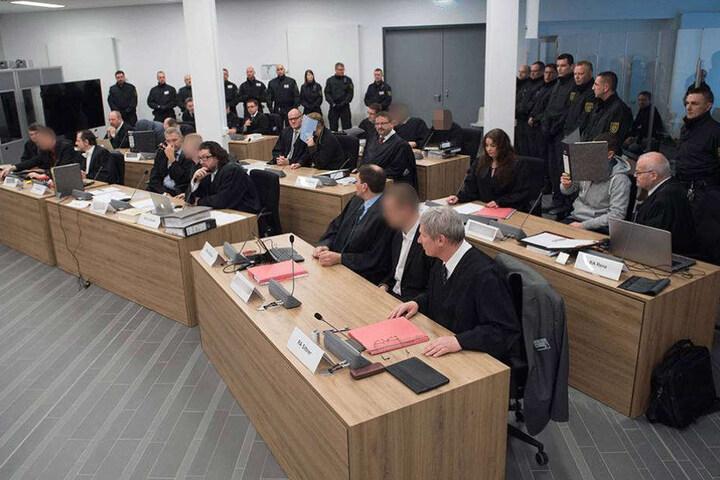 Die Angeklagten in dem zum Verhandlungsraum umgebauten Speisesaals des Flüchtlingsheims auf der Stauffenbergallee.