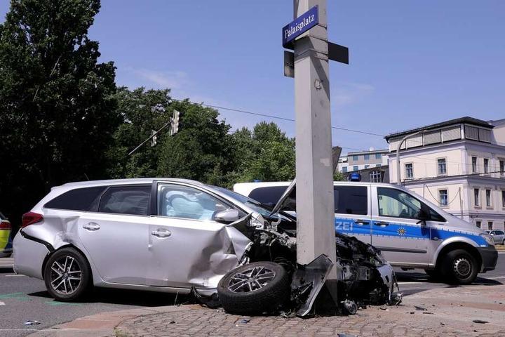 Die Frau im Toyota konnte nicht mehr bremsen, erfasste den Honda und knallte gegen einen Lichtmast.