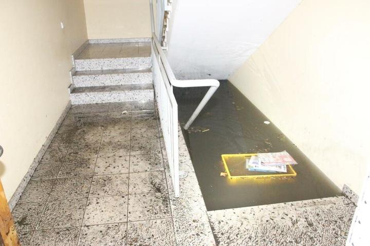 In Lichtenberg steht ein Keller eines Wohnhauses bis zum Hausflur-Boden voll mit Wasser.