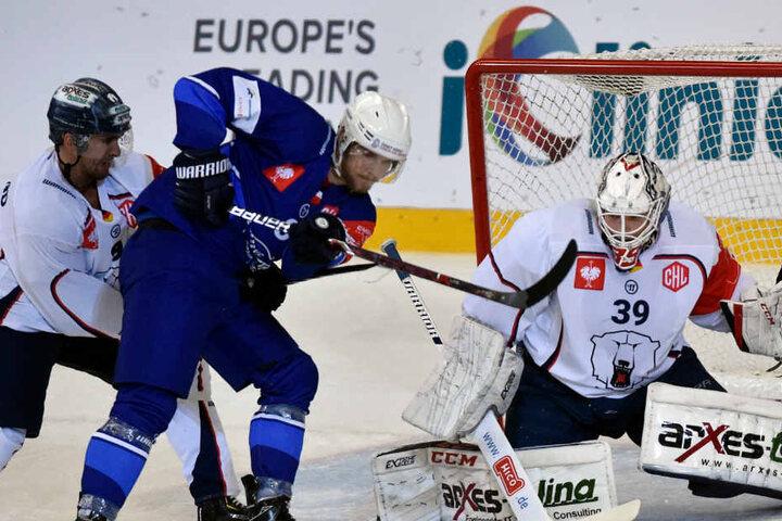 Jan Süss aus Brünn zeigt sich in Aktion gegen den Berliner Daniel Richmond und dem Torwart aus Berlin, Marvin Cüpper.