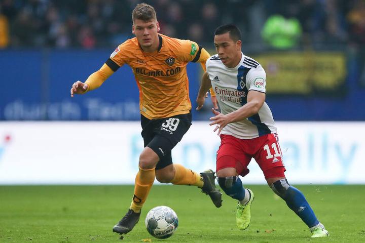 Dresdens Kevin Ehlers (l.) und Hamburgs Bobby Wood im Zweikampf um den Ball.