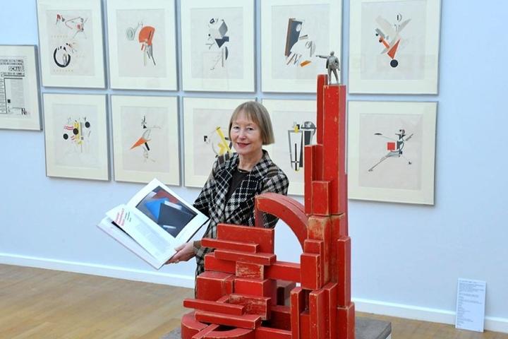 """Kunstsammlungen-Leiterin Ingrid  Mössinger vor Werken der neuen Ausstellung """"Revolutionär!""""."""