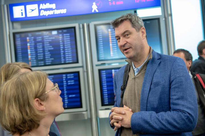 Markus Söder (CSU), Ministerpräsident von Bayern, unterhält sich auf dem Flughafen Frankfurt am Main vor seiner ersten großen Auslandsreise nach Äthiopien mit den anwesenden Journalisten.