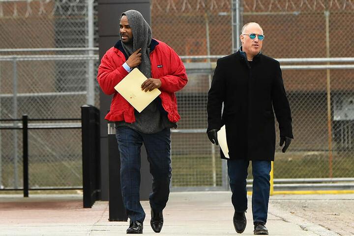 Kelly verlässt mit seinem Verteidiger Greenberg im März diesen Jahres das Cook County Gefängnis in Chicago.