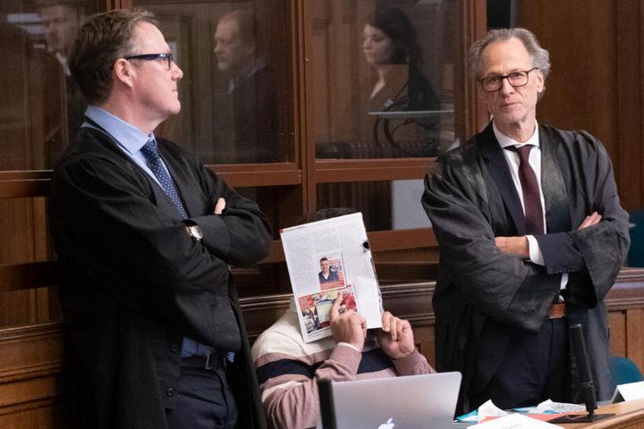 """Der angeklagte Denis W. sitzt zum Prozessauftakt im Zusammenhang mit dem Diebstahl der Goldmünze """"Big Maple Leaf"""" aus dem Bode-Museum neben seinen Anwälten."""