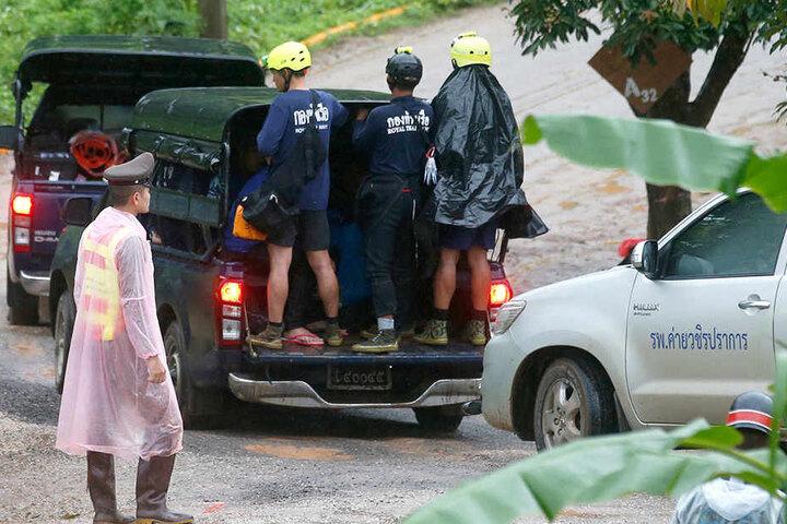 Rettungskräfte sind auf dem Weg zur Höhle.