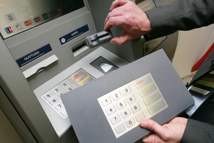 Kriminelle montieren Vorsatzgeräte an den Kartenschlitz des Geldautomaten, um die Kartendaten auszulesen.