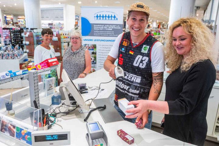 Malte Ziegenhagen (28) verteilte bei Galeria Kaufhof gestern fleißig Kassenbons. Kaufhof-Chefin Kathrin Baranowsky (43) freute sich über die Unterstützung.