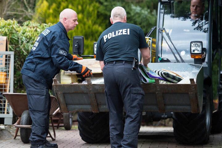 Bei der Durchsuchung auf dem Grundstück des mutmaßlichen Serienmörders haben die Polizisten zahlreiche Gegenstände gesichert (Archivbild).