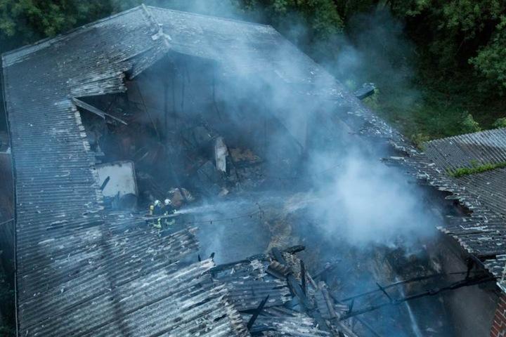 Stundenlang dauerten die Löscharbeiten an. Die Neustädter Feuerwehr musste sich eine Drehleiter aus Bischofswerda leihen, um aufs Dach zu kommen.