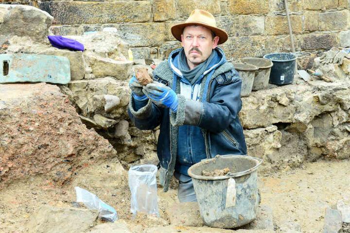 Noch bis Januar werden die Flächen an der Schloßstraße/Ecke Sporergasse und damit die des einstigen Cäsarschen und Fürstlichen Hauses ausgegraben. Im Bild: Grabungsarbeiter René Fiedler (52).