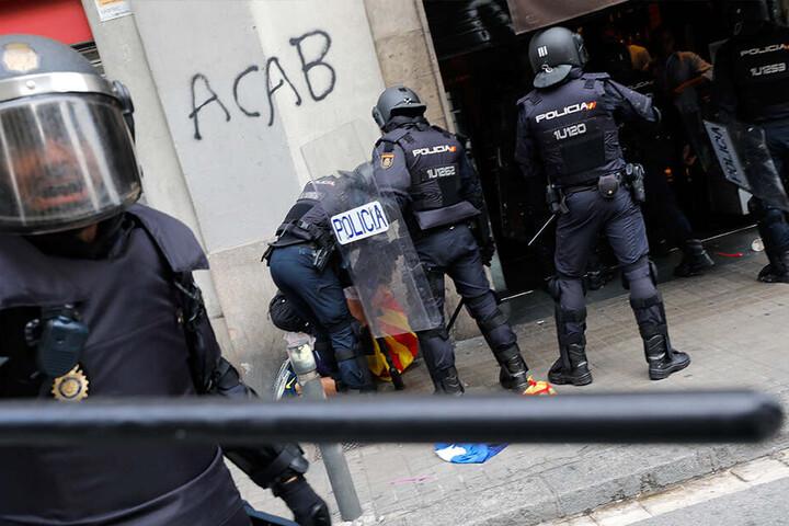 Freitagabend, Barcelona: Polizisten verhaften einen Demonstranten bei Zusammenstößen während eines Protestes.