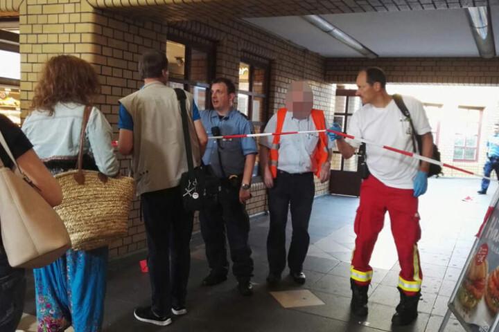 Der Fahrer (rote Weste) musste mit einem Schock ins Krankenhaus.