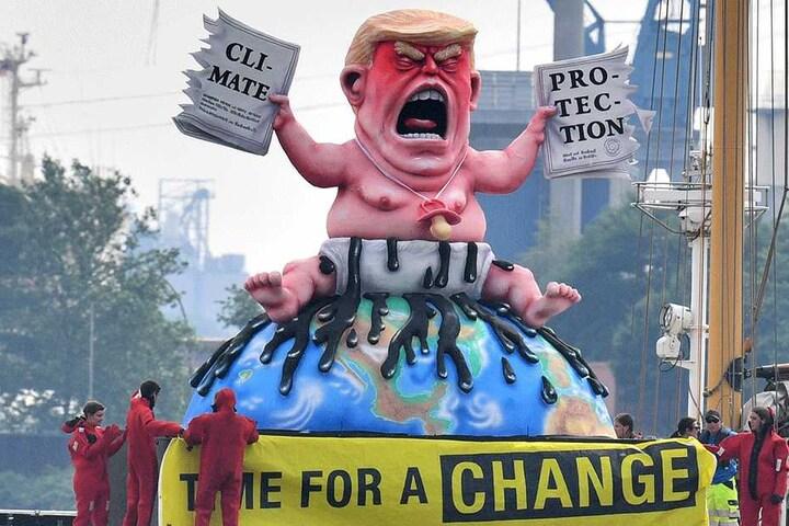 Das Greenpeace Schiff Beluga II fährt mit einer Puppe die Donald Trump ähnelt bei einer Protestaktion auf der Elbe.