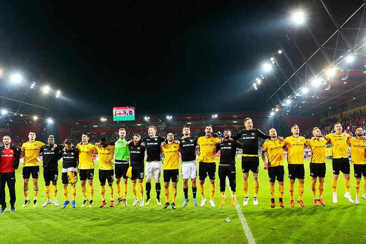 Die Dynamo-Spieler feierten in Regensburg mit ihren Fans ausgelassen den ersten Auswärtssieg der noch jungen Saison.