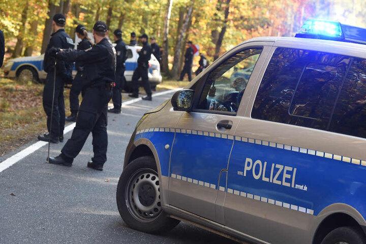 Polizisten durchsuchten auch ein angrenzendes Waldstück nach dem Vermissten. (Symbolbild)