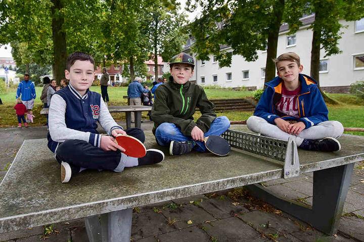 Finn (11) und seine Kumpels (kevin (11) und Louis (10) spielen am liebsten an den Tischtennisplatten.