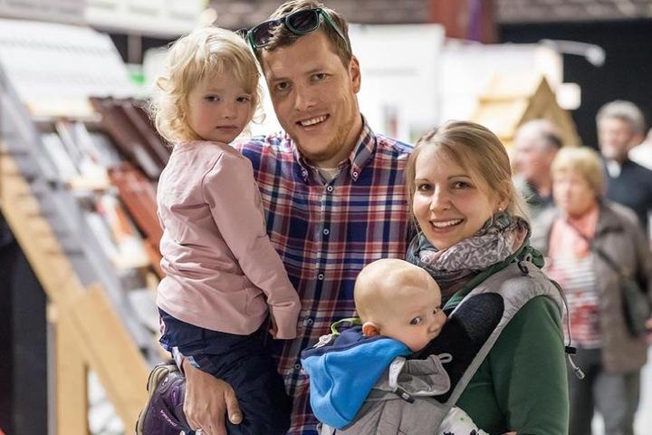 Claudia (31) und Martin Steglich (32) bauen für sich und ihre beiden Knirpse  Luise (3) und Paul (5 Monate) ein hübsches Häuschen im Grünen.