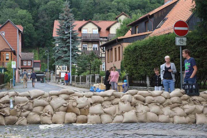 Anwohner haben in der historischen Altstadt von Wernigerode eine Sandsackmauer errichtet.