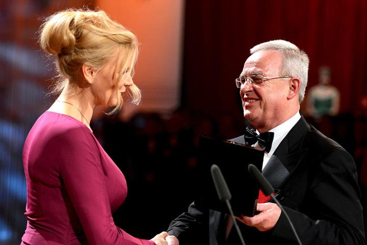 Veronika Ferres (51) gratuliert Martin Winterkorn (69) zum Orden - wenig  später gibt der damalige VW-Boss ihn wieder ab.