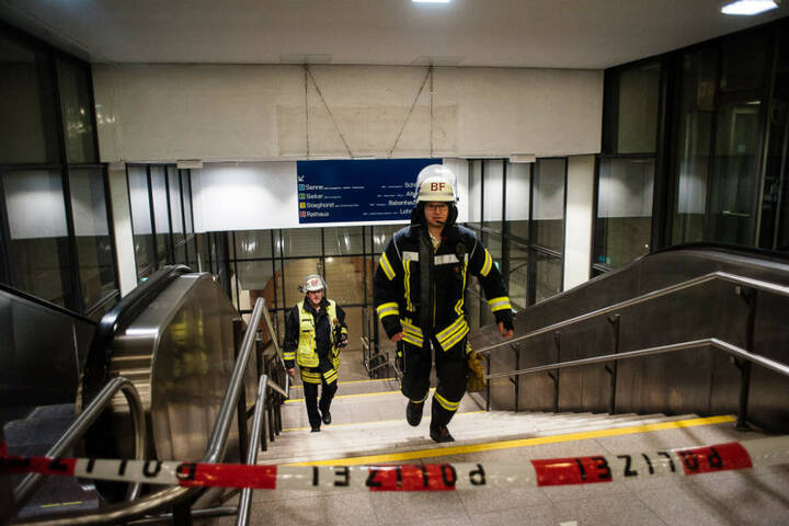 Die Treppen zur Station wurden abgesperrt.