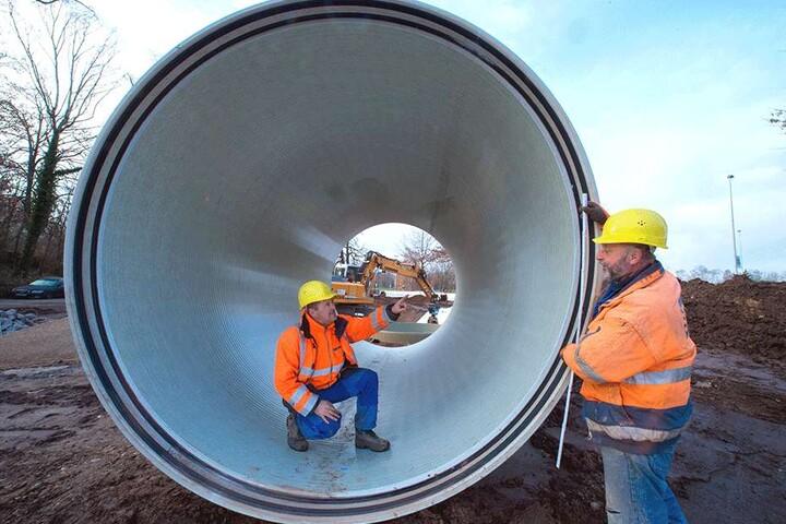 Vorarbeiter Ronny Göbel (47, links) und Baufacharbeiter Harald Rumpel (57) inspizieren eines der Riesenrohre, die gestern verlegt worden sind.