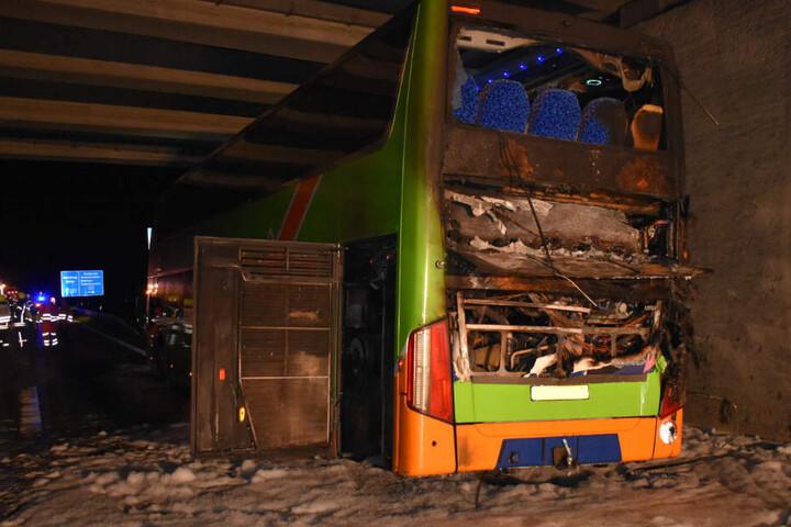 Der Flixbus steht nach den Löscharbeiten weiterhin auf der Autobahn.