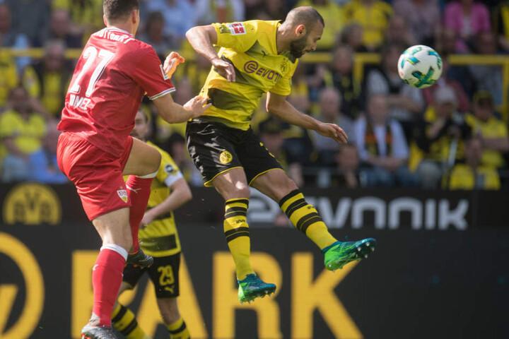 Dortmunds Ömer Toprak (r.) und Mario Gomez von Stuttgart versuchen an den Ball zu kommen.