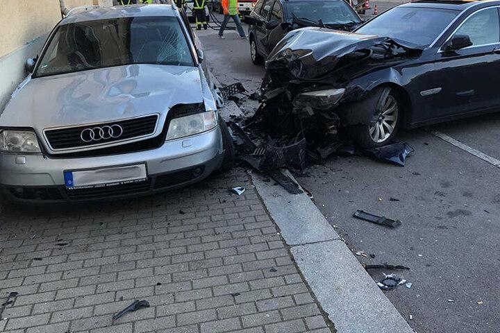 Der Audi wurde regelrecht gegen die Hauswand geschleudert.