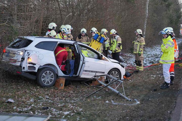 Rettungskräfte mussten den Fahrer aus dem Fahrzeug retten.