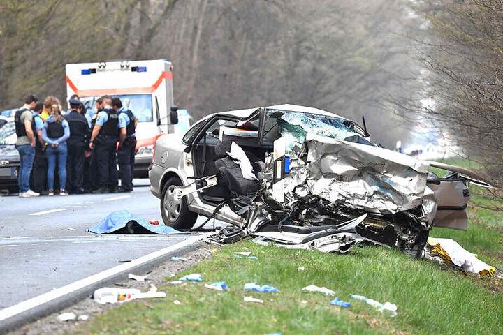 Das Wrack des tödlichen Verkehrsunfalls, das mit einem Polizeiauto kollidierte.