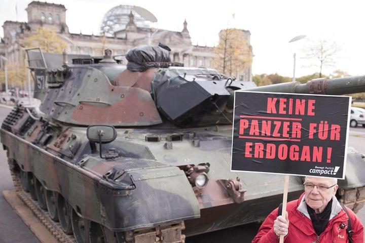 Die Aktivisten von Campact fordern, dass der Bau einer deutschen Panzerfabrik in der Türkei gestoppt wird.