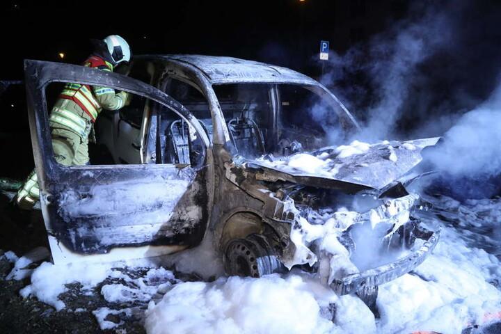 Der Kastenwagen brannte komplett aus.